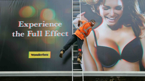 Wonderbra 3D billboard advertisement